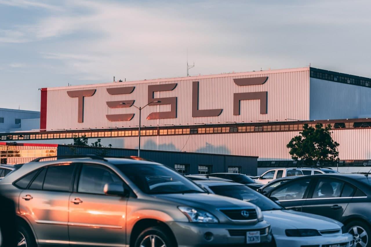 Tesla начала продавать машины за биткоины