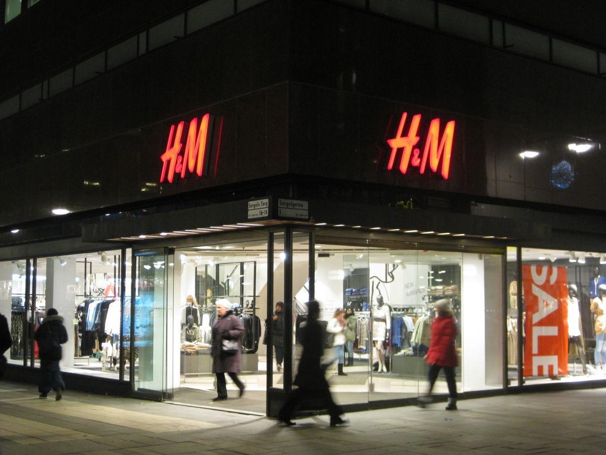 H&M будет бесплатно выдавать костюмы тем, кто устраивается на работу