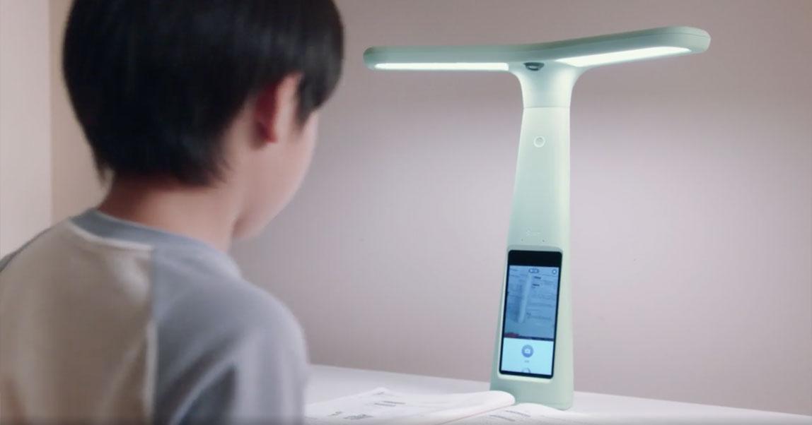 В Китае начали массово скупать лампы с камерами наблюдения, чтобы следить за детьми