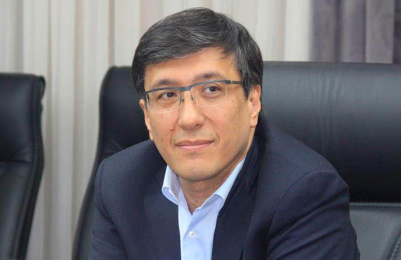 Зафар Хашимов показал книги, которые прочтет летом