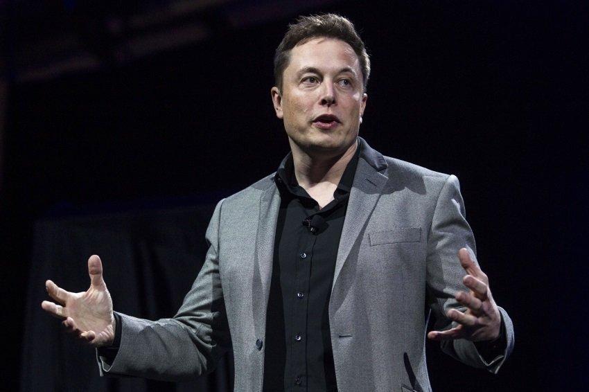 Илон Маск отправил Джеффу Безосу статую с цифрой 2 — он обошёл основателя Amazon в списке самых богатых людей мира